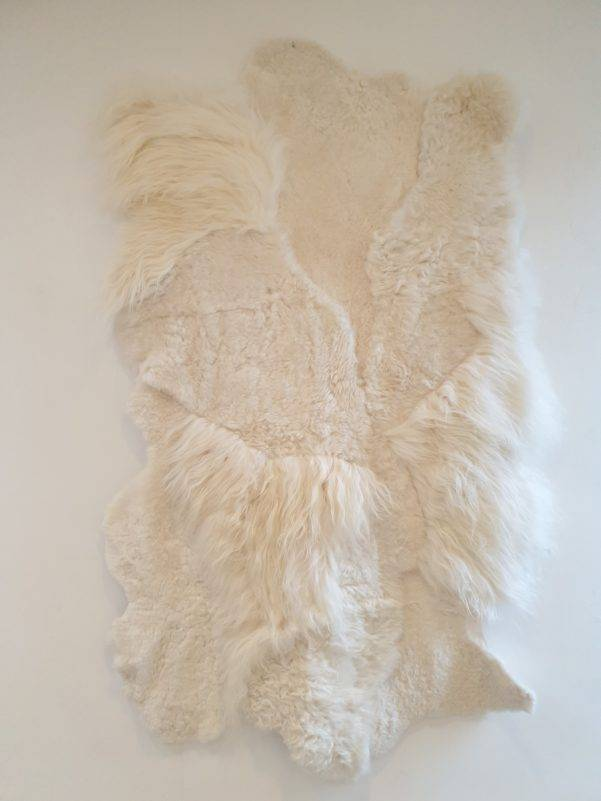 1 schapenvacht patchwork tapijt wit 1.jpg 2 rotated - Patchwork schapenvacht tapijt wit