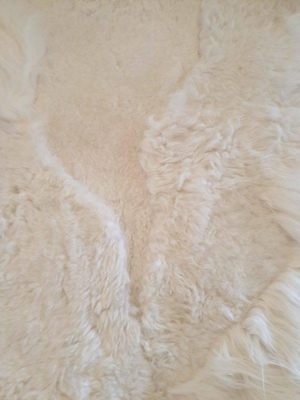 1 schapenvacht patchwork tapijt wit detail 1 rotated - Patchwork schapenvacht tapijt wit