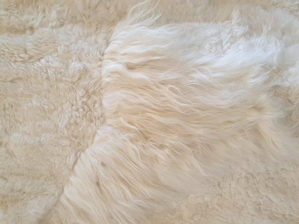 1 schapenvacht patchwork tapijt wit detail 2 scaled - Patchwork schapenvacht tapijt wit