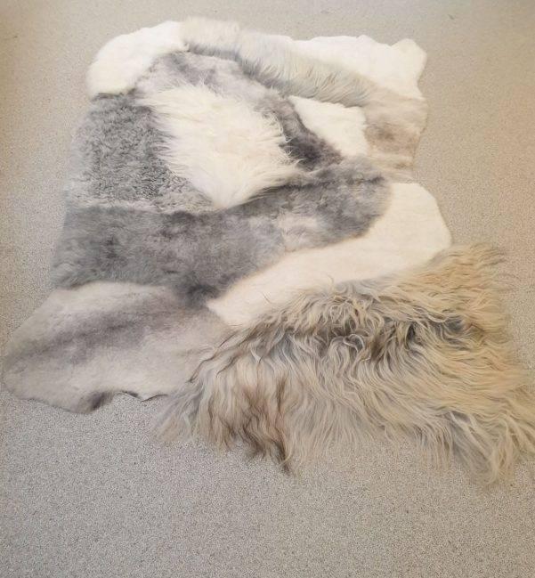 3 schapenvacht patchwork tapijt wit en grijs 1 - Patchwork schapenvacht tapijt grijs en wit