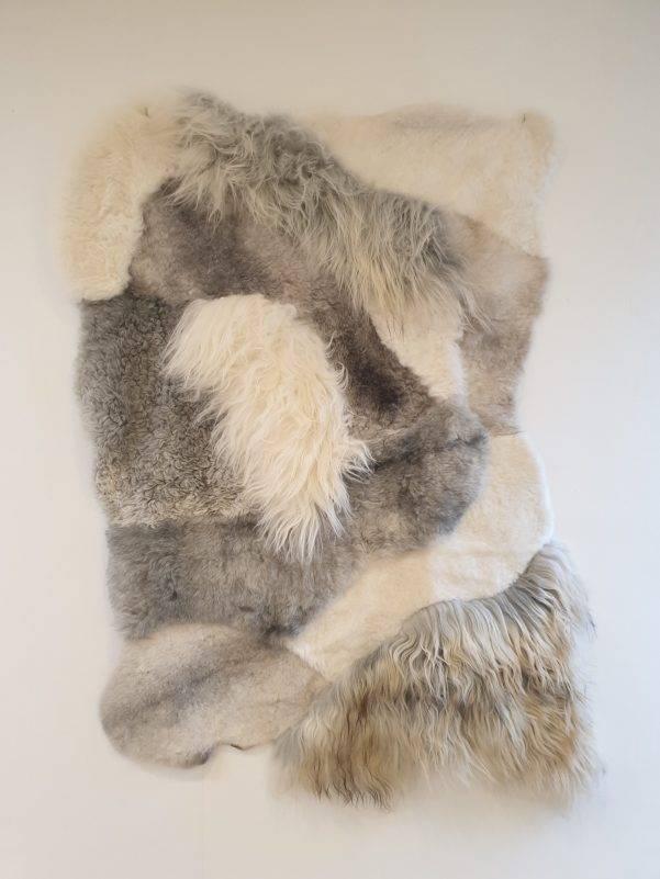 3 schapenvacht patchwork tapijt wit en grijs 2 rotated - Patchwork schapenvacht tapijt grijs en wit
