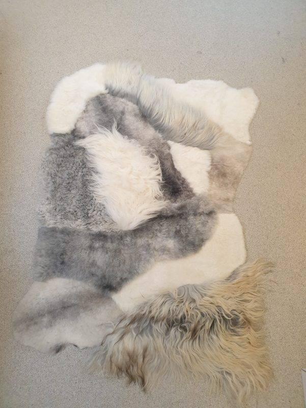 3 schapenvacht patchwork tapijt wit en grijs rotated - Patchwork schapenvacht tapijt grijs en wit