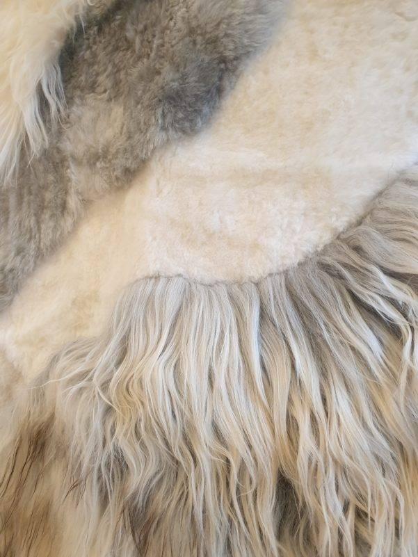 3 schapenvacht patchwork tapijt wit en grijs detail 1 rotated - Patchwork schapenvacht tapijt grijs en wit