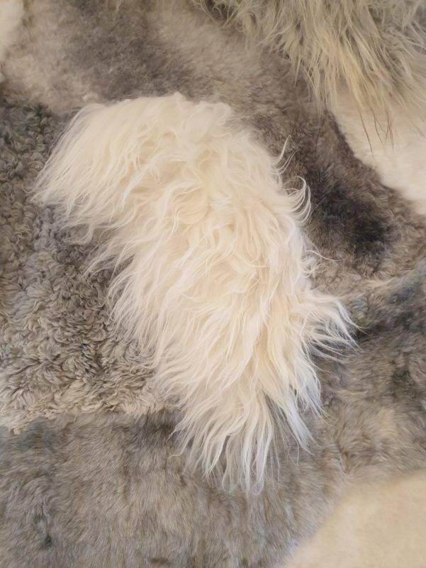 3 schapenvacht patchwork tapijt wit en grijs detail rotated - Patchwork schapenvacht tapijt grijs en wit