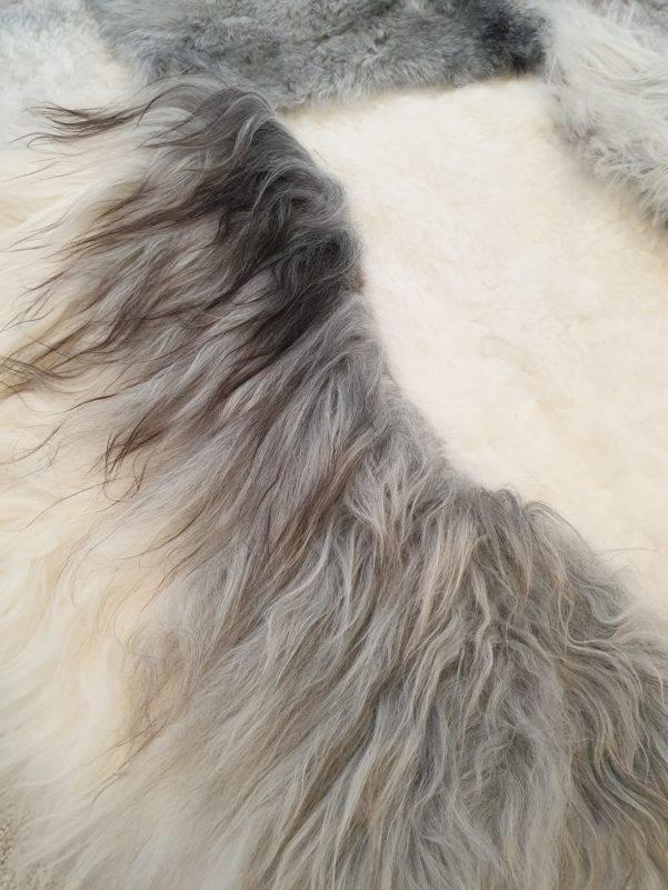 4 schapenvacht patchwork tapijt wit en grijs detail 2 rotated - Patchwork schapenvacht tapijt grijs en wit