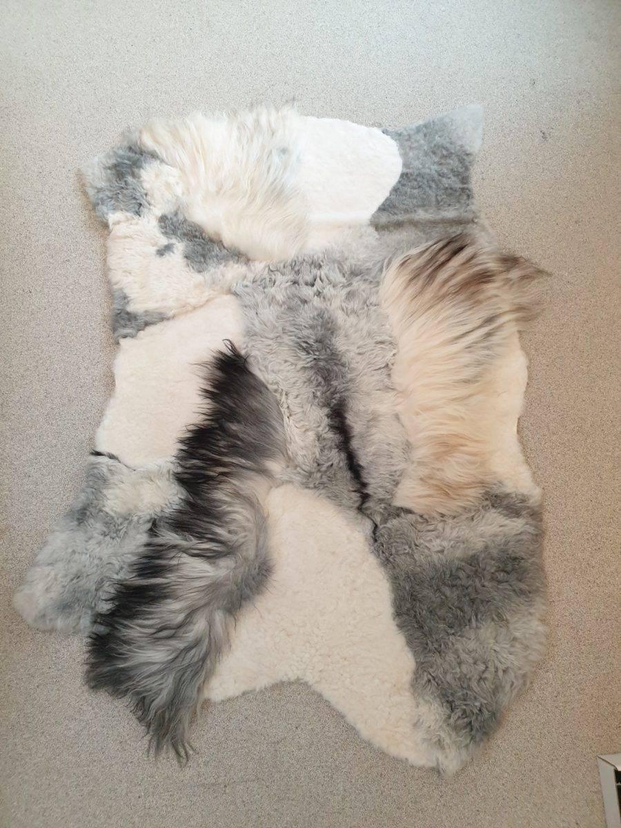 5 schapenvacht patchwork tapijt wit en grijs - Patchwork schapenvacht tapijt