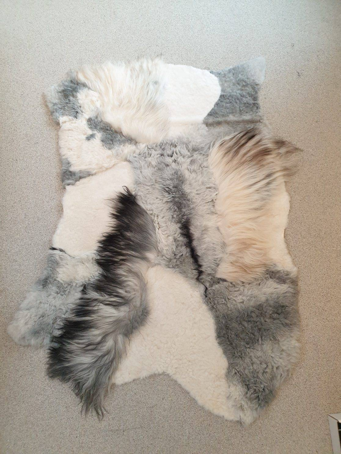 5 schapenvacht patchwork tapijt wit en grijs