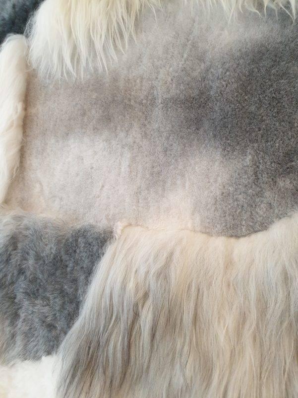 9 schapenvacht patchwork tapijt wit en grijs detail 1 rotated - Patchwork schapenvacht tapijt grijs en wit