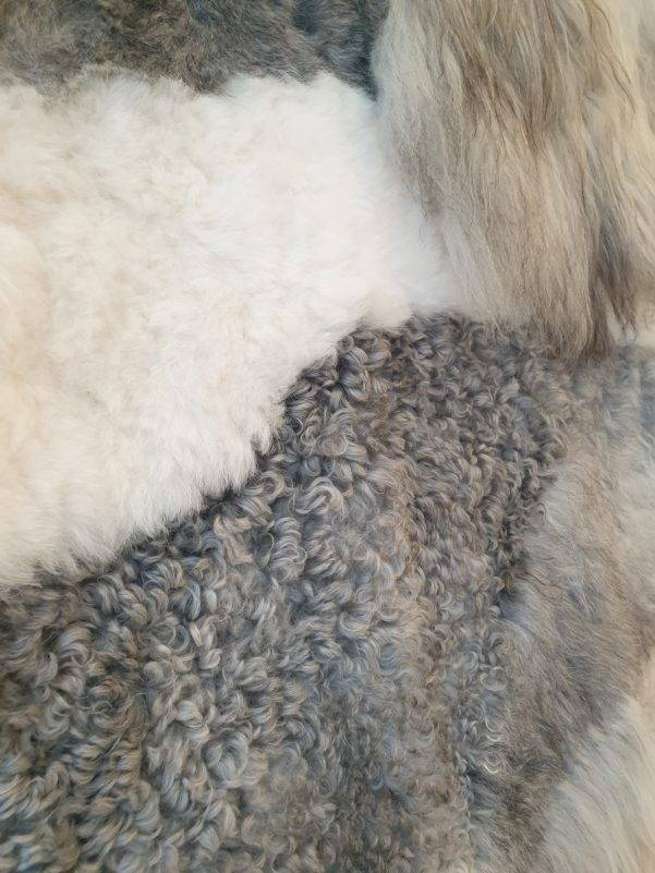 9 schapenvacht patchwork tapijt wit en grijs detail 2 rotated - Patchwork schapenvacht tapijt grijs en wit