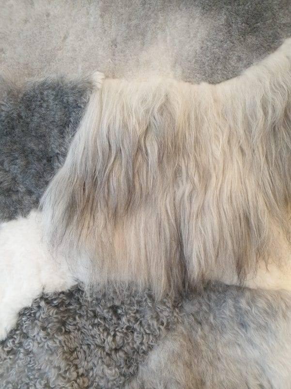 9 schapenvacht patchwork tapijt wit en grijs detail rotated - Patchwork schapenvacht tapijt grijs en wit