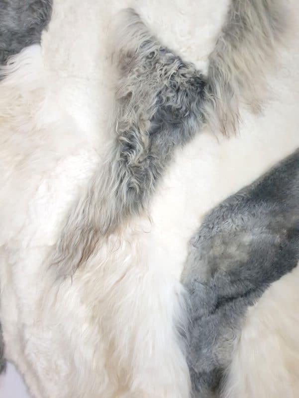10 5 1 - Patchwork schapenvacht tapijt grijs en wit (nr. 10)