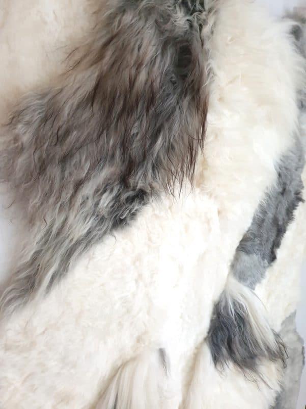 13 4 - Patchwork schapenvacht tapijt grijs en wit (nr. 13)