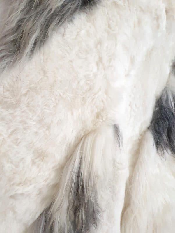 13 5 - Patchwork schapenvacht tapijt grijs en wit (nr. 13)