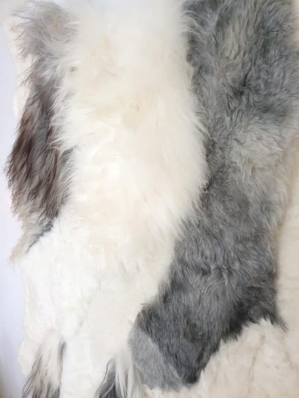 13 7 - Patchwork schapenvacht tapijt grijs en wit (nr. 13)
